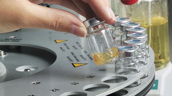 Schaeffler realiza ensayos con las grasas utilizadas en el propio laboratorio de lubricantes.