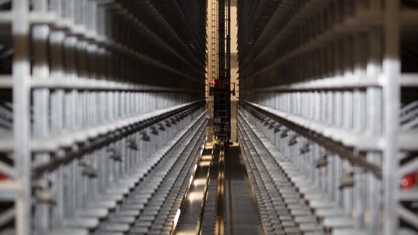 Los dispositivos SmartCheck monitorizan continuamente los motores de elevación y desplazamiento de los sistemas de almacenamiento y retirada.